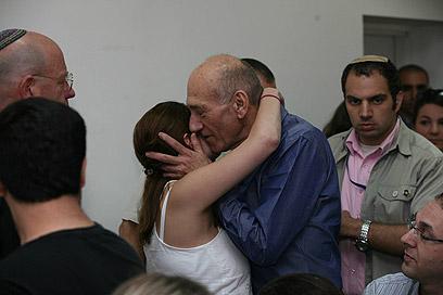 אהוד אולמרט מתחבק עם מקורביו בבית המשפט, הבוקר (צילום: גיל יוחנן)