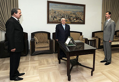 """""""הנשיא הסורי הוא זאב בודד שנדחק לפינה"""". אסד, מועלם ופארס (צילום: AP)"""