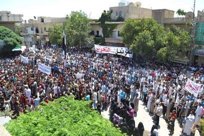 מפגינים נגד משטר אסד באידליב (צילום: רויטרס)