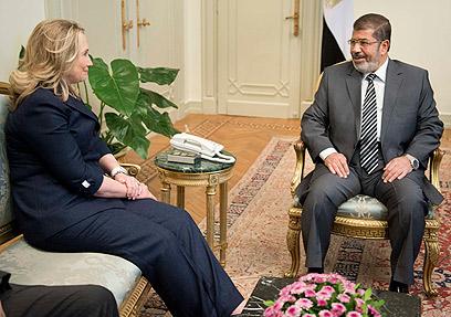 הילרי קלינטון עם מורסי במצרים (צילום: AP)