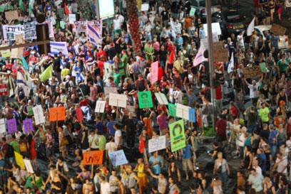 המפגינים במרכז העיר, הערב (צילום: מוטי קמחי)