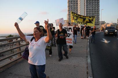 """ההפגנה בחוף תל-אביב. """"להקים מפלגה חברתית"""" (צילום: ירון ברנר)"""