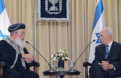 """הנשיא פרס עם הרב עמאר. דנו בנושאי הגיוס (צילום: מארק ניימן, לע""""מ)"""