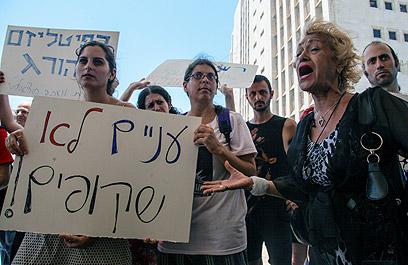 """מפגינים בחיפה. """"עניים לא שקופים"""" (צילום: אבישג שאר-ישוב)"""