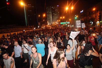 אלפים מול משרד השיכון בתל אביב (צילום: מוטי קמחי)