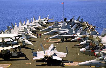 """בדרך לאזורנו. נושאת המטוסים """"יו אס אס ג'ון סטניס"""" (צילום: AP)"""