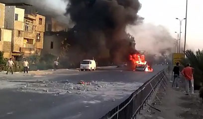 מכונית עולה באש בדמשק (צילום: EPA)