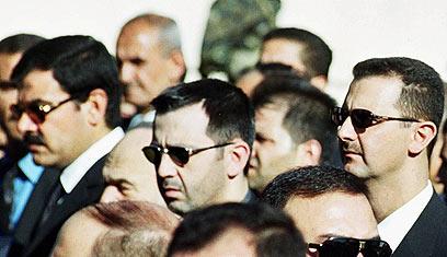 אסד, אחיו מאהר ושווקאת (צילום: AP)