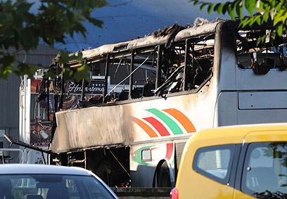 האוטובוס, זמן לא רב לאחר הפיצוץ (צילום: רויטרס)