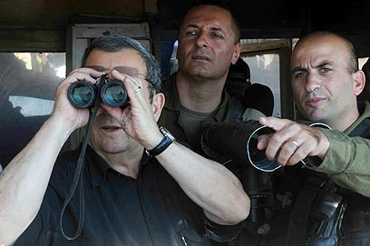 שר הביטחון ברק ברמת הגולן. עוקבים בדריכות (צילום: אביהו שפירא)