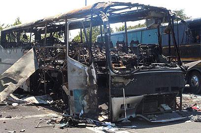 אוטובוס התיירים הישראלים שהיה מטרת הפיגוע לפני חודשיים (צילום: AP)