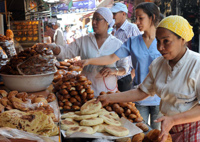 עורכים קניות לרמדאן במרוקו (צילום: AFP)