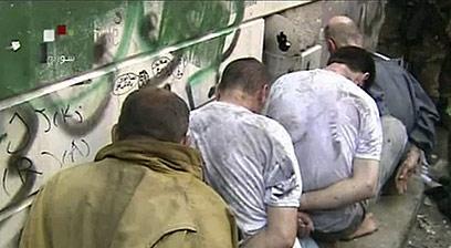 מורדים כפותים בפאתי דמשק (צילום: AFP PHOTO / HO / SYRIAN TV)