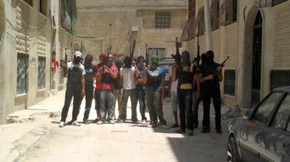 חמושים בעיר חמה (צילום: רויטרס)