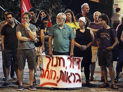 מפגינים לזכר סילמן, הערב בחיפה (צילום: אבישג שאר-ישוב)