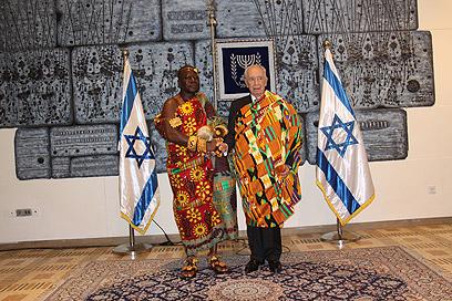 גלימת הנשיא. פרס והמלך, בתמונה משותפת (צילום: יוסף אבי יאיר אנגל)