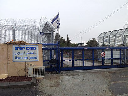 קושי באבטחת השיירה לעבר ישראל. מעבר קוניטרה (צילום: יואב זיתון )