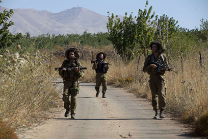 """""""הצבא מחזק את הגבול ומוסיף עוד גדרות תיל"""" (צילום: AFP)"""