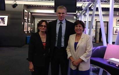 אילנה רומנו ואנקי שפיצר עם שגריר ישראל בלונדון (צילום: שגרירות ישראל בבריטניה)