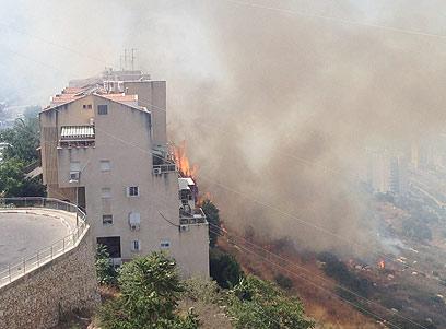 האש הגיעה קרוב מאוד לבתים. הכבאים איגפו את האש (צילום: מאור לוי)