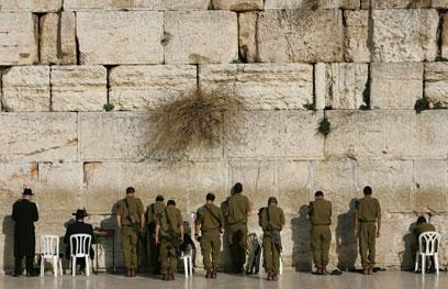 חיילים מתפללים בכותל (צילום: AP)