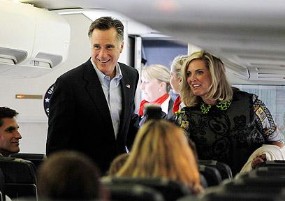 רומני ורעייתו על המטוס, בדרך לישראל (צילום: רויטרס)