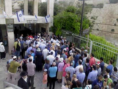 מתפללים יהודים מחוץ להר הבית, הבוקר