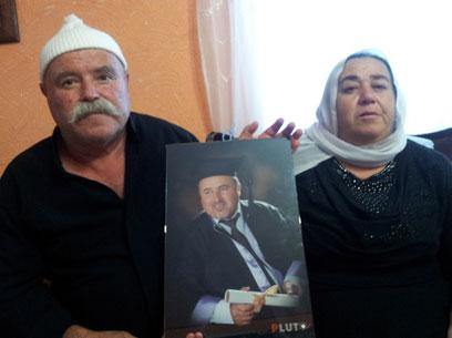 הוריו של ג'והרי עם תמונתו, היום במג'דל שמס (צילום: חסן שעלאן)