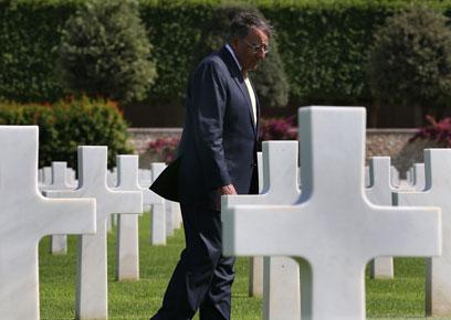 פאנטה בבית הקברות האמריקני בצפון אפריקה (צילום: AFP)