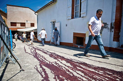 דם ליד המסגד שבו נתלו ראשי החזיר (צילום: רויטרס)