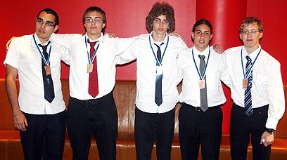 משמאל לימין: חן סולומון (ארד), איתי רובינשטיין (כסף), איתי כנען הרפז (כסף), יגאל זגלמן (ארד) ועדן סגל (ארד)