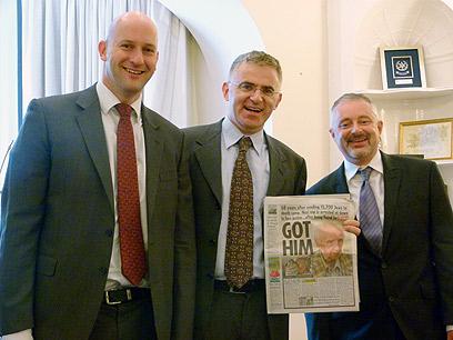 """השגריר בלונדון (במרכז) עם שני עיתונאי """"הסאן"""" (צילום: אמיר אופק, דובר השגרירות )"""