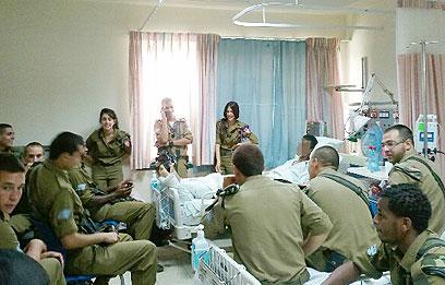 מחווה של החברים והמפקדים. בית החולים העמק, הבוקר (צילום באדיבות: בית החולים העמק )