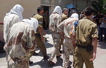 החיילים החשודים במעשה מובאים להארכת מעצר (צילום: מוטי קמחי)