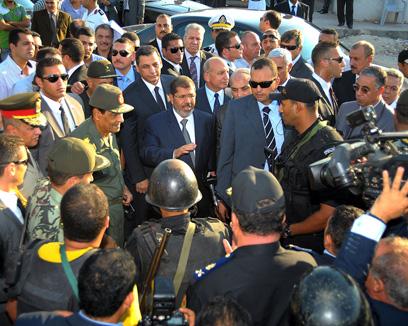 נשיא מצרים האיסלאמיסט מורסי מבקר בסיני אחרי הפיגוע (צילום: AFP)