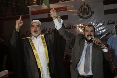 הנייה מוביל את התפילה הפלסטינית, אמש בעזה (צילום: AFP)