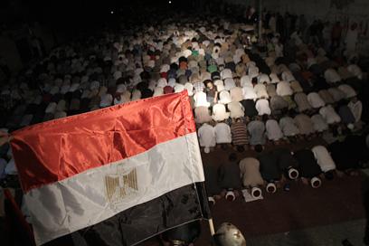 מתפללים בעזה, אמש (צילום: AFP)