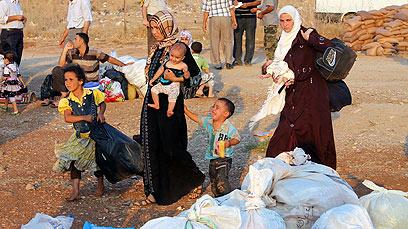 פליטים סורים בגבול טורקיה (צילום: EPA)