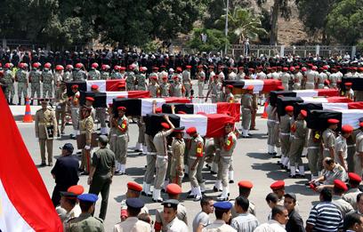הלוויית אנשי משמר הגבול המצרי שנהרגו בפיגוע ביום ראשון (צילום: AFP)