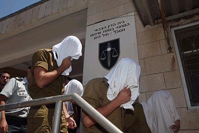 אחרי המכות, חלק מהנאשמים חיבקו את המתלונן שהתמוטט (צילום: מוטי קמחי)
