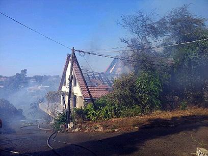 """בית עולה באש בטבעון (צילום: אחיה ראב""""ד)"""