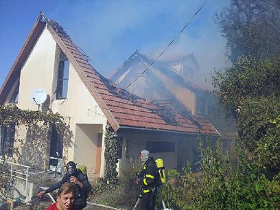"""בית שעלה באש. ציוד רב נשרף (צילום: אחיה ראב""""ד)"""