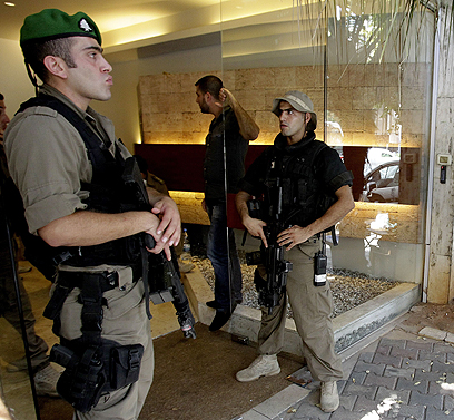 אנשי הביטחון בפתח הבניין שבו מתגורר סמחה (צילום: AFP)