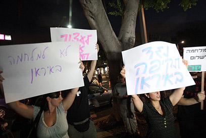 """המפגינים מתחת ביתו של שר הביטחון. """"זה ייצא משליטה"""" (צילום: מוטי קמחי)"""