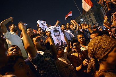 חוגגים את הדחת טנטאווי בכיכר א-תחריר (צילום: AFP )