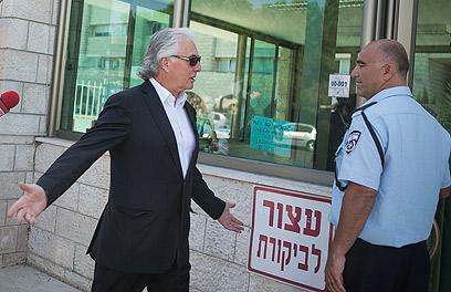 """תנ""""צ אדרי בדרכו לשימוע במשטרה (ארכיון) (צילום: אוהד צויגנברג)"""