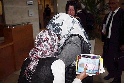 בנות המשפחה הפלסטינית בדיון קודם בבית המשפט (צילום: מוטי קמחי)