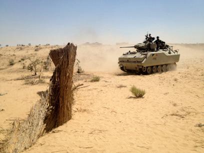 """כוח מצרי ליד גבול ישראל בסיני. """"מכבדים את ההסכמים"""" (צילום: MCT)"""