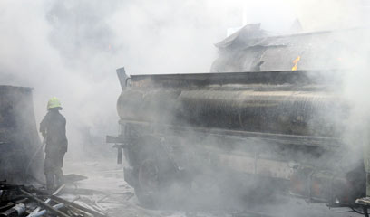 עשן אופף את אזור הפיצוץ בבירה הסורית, הבוקר (צילום: AFP)