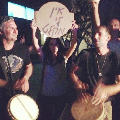מפגינים מול ביתו של ברק נגד מלחמה עם איראן             (צילום: תמר זנדברג)